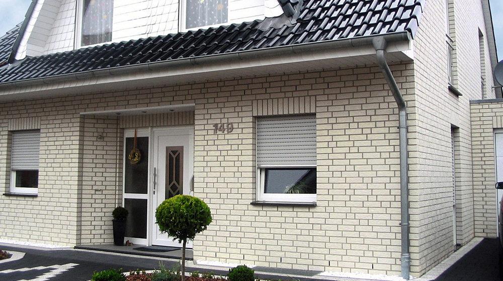 Дом с отделкой белым облицовочным кирпичом