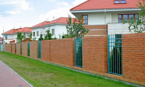 Самодельный забор из кирпича