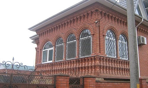 Дом из фигурного кирпича