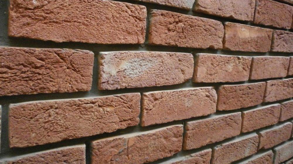 Стена из кирпича ручной формовки