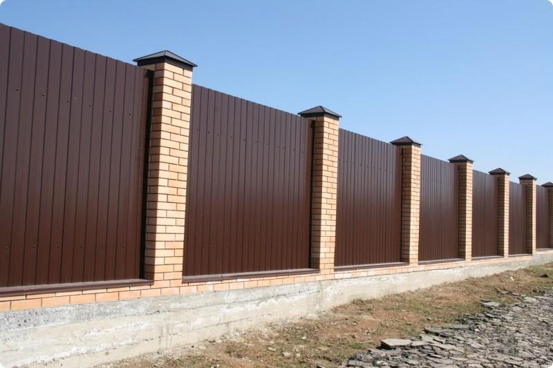 Качественный забор из профнастила и кирпича